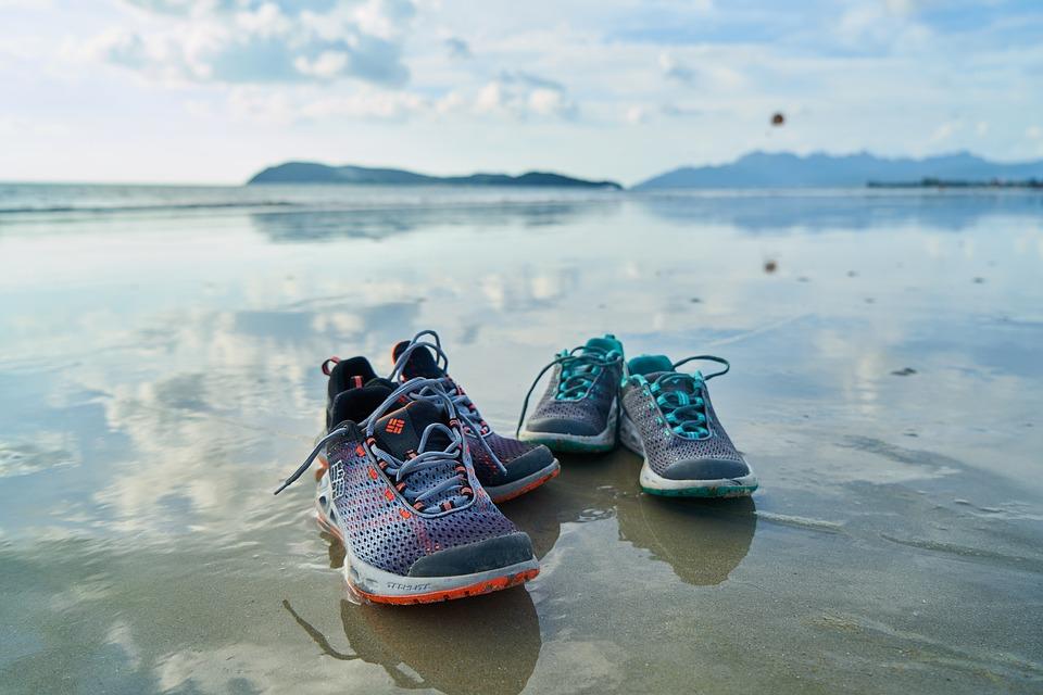 Pon la caldera del cuerpo a trabajar en la playa Es muy importante, al igual que cuidar la alimentación, el hacerdeporte. Si no estas acostumbrada a hace ejercicio, empieza andando. Mi consejo: A primera hora no da calor y tiene buena energía mañanera. Por la tarde hace calor y si que es más reconfortante hacer ejercicios en el agua. La noche se puede caminar, ir a los sitios andando, bailar, ... ¡¡¡¡Si lo haces todo, genial!!!! ¡¡¡Menuda semana de playa vas a disfrutar!!!