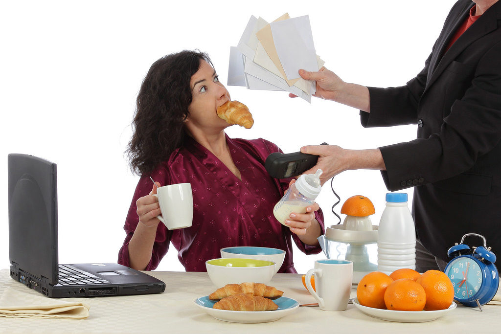 EL CÍRCULO VICIOSO DEL ESTRÉS Cuando tienes ansiedad oestás estresada, tu cuerpo secreta una hormona llamada cortisol. ¿Y cómo se contrarresta? Con la dopamina. Y la dopamina aparece cuando te sientes genial. ¿Y qué te hace sentir mejor que tu pastel favorito? ¡Bienvenida al círculo del estrés y los dulces! Para terminar de arreglarlo, el cerebro se acostumbra a ese círculo: nervios=me calmo comiendo. Con lo que a la mínima que te alteras, tu cerebro te manda imágenes de comida suculenta. ¿A que también te suena? Pues tiene solución.